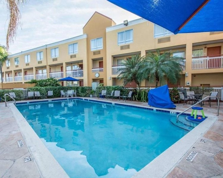 Close to Malls, Airport, Golf Courses. Three Units for 12 Guests, Pool Breakfast, holiday rental in Miami Lakes