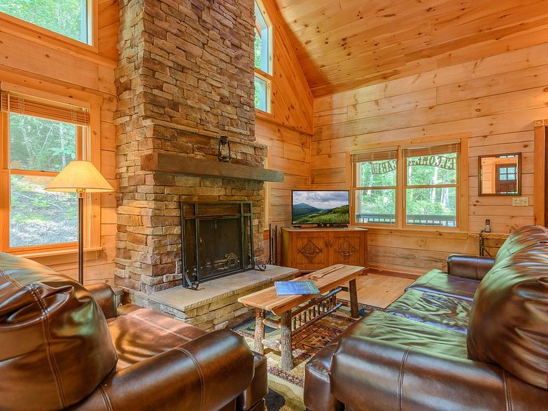 Private Creekside Cabin with Hot Tub, Fire Pit, Stone Fireplace, Leather Furnitu, holiday rental in Fleetwood