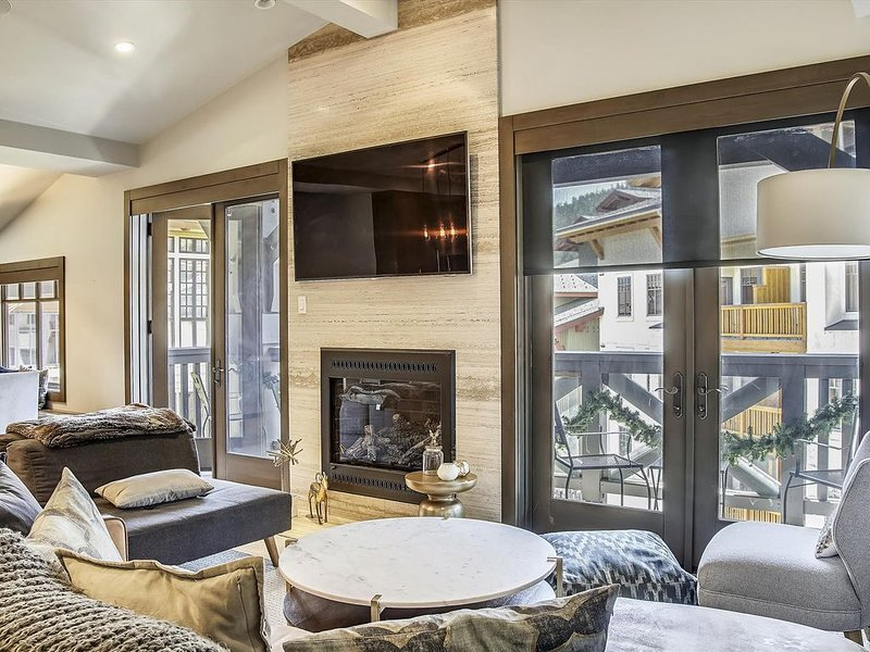 NEW LISTING!!! Luxury Three Bedroom in The Village at Squaw with Beautiful Views, location de vacances à Olympic Valley
