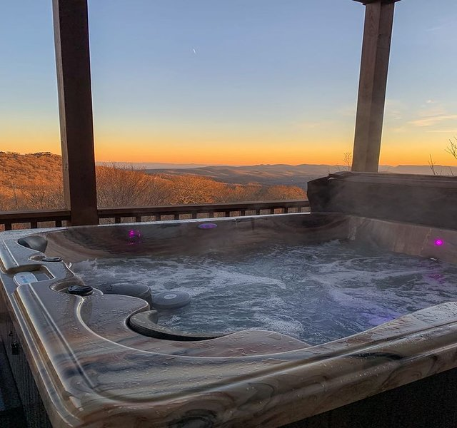 Stunning 2BR Condo on Sugar Mtn! Long Range Views, Walk to Slopes, Hot tub, King, vacation rental in Banner Elk