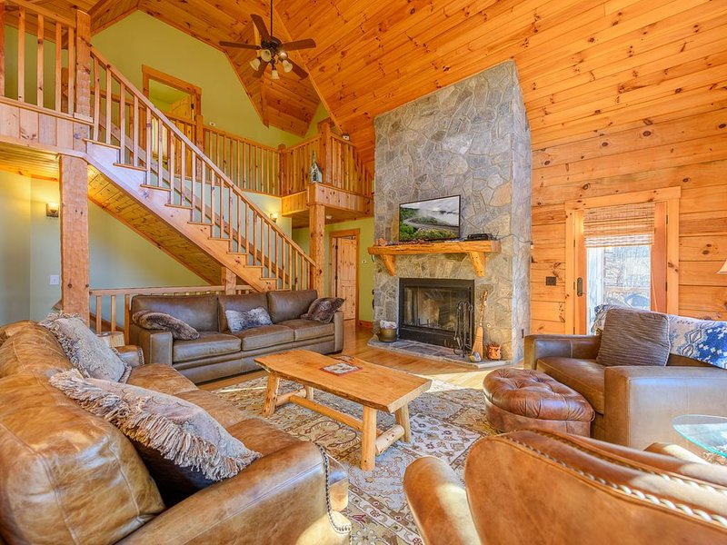 Log Cabin in Gated Community, Mountain Views, Game Room, Pool Table, 2 King Suit, vacation rental in Vilas