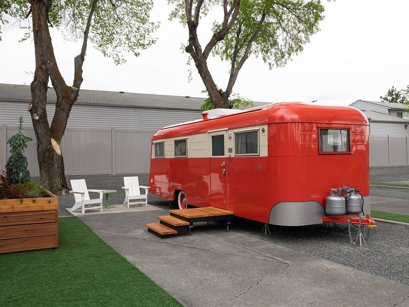 Giddy up for a stay in our sweet little 1947 Westwood Coronado, completely resto, casa vacanza a Alfalfa