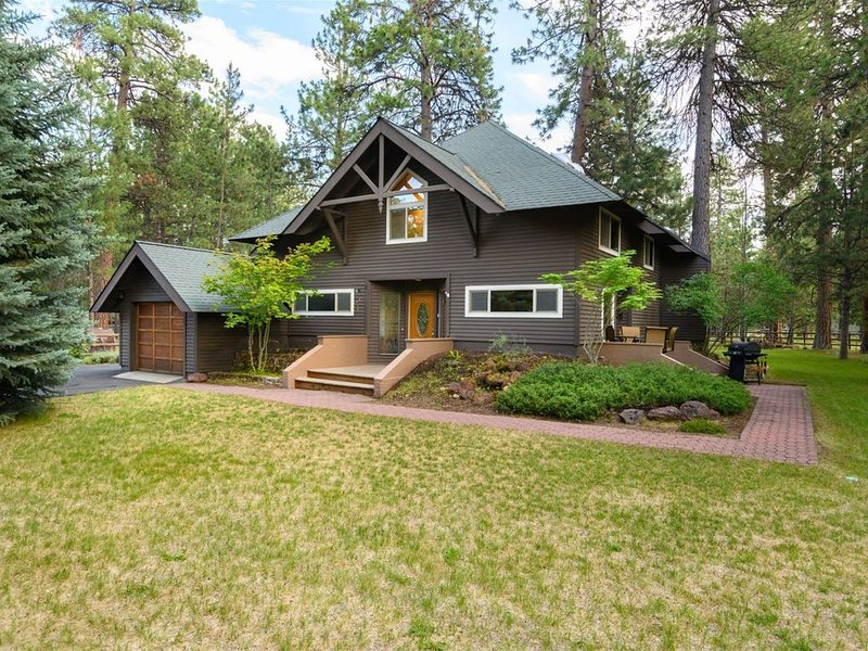 Pinecone Lodge - Western themed, updated 3 bedroom / 2.5 bath on large lot. Full, holiday rental in Sisters
