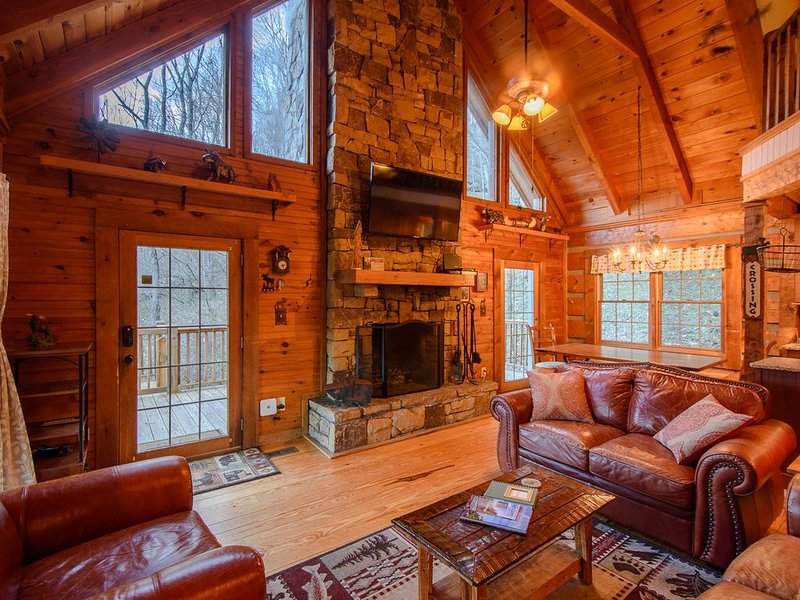 Cozy, Charming Mountain Cabin with a View in Valle Crucis with a Hot Tub, Fire P, holiday rental in Sugar Grove