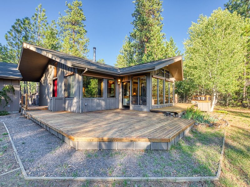 Secluded cabin w/ deck, forest view & shared seasonal pool/tennis - 1 dog OK!, holiday rental in Sisters