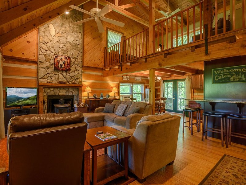 Log Cabin Getaway with Views of Grandfather, Stone Fireplace, Game Room, Close t, alquiler vacacional en Foscoe