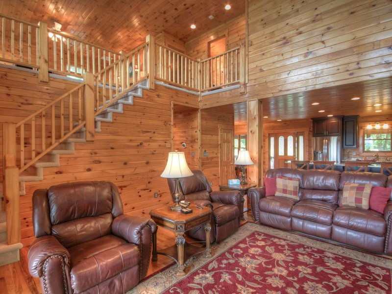 4BR, Views, Hot Tub, Pool Table, Fire Pit, 2 King Suites, Close to Banner Elk, B, holiday rental in Seven Devils