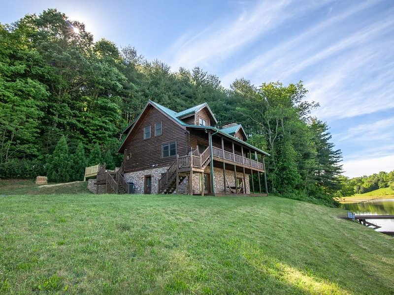 5BR Cabin, Private Pond w/ Dock, Hot Tub, Game Room with Pool Table & Theatre!, vacation rental in Laurel Springs