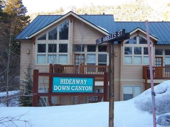 #103, Great unit views of Carson Peak, upgrades, sleeps 8, 1 car garage. next to, location de vacances à June Lake