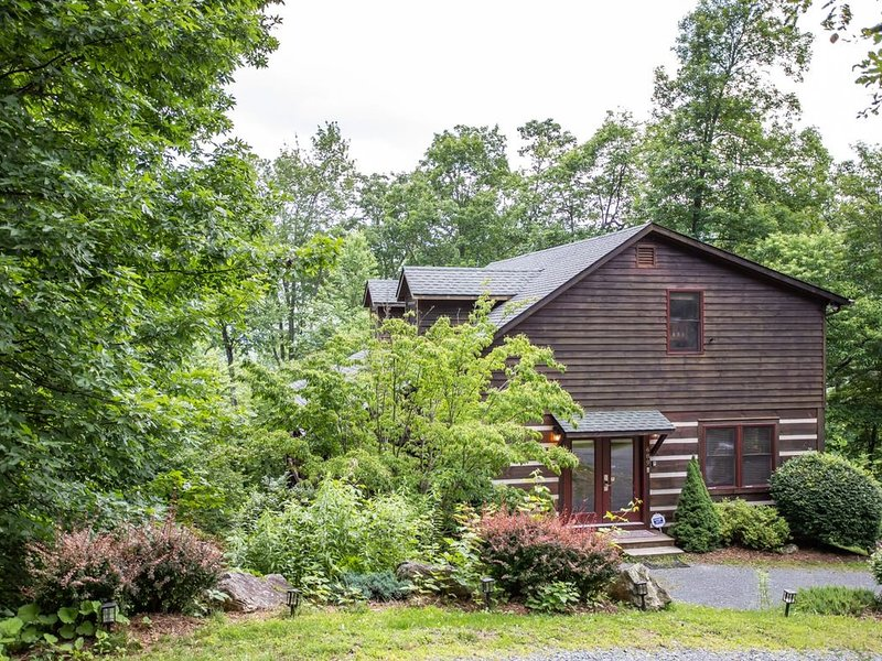 4BR Cabin, Views, Hot Tub, Pool Table, Central Boone Location, Close to Skiing,, vacation rental in Vilas