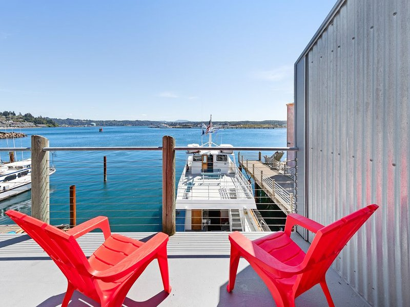 New listing! Deluxe bayfront studio w/jetted tub & fireplace - near the beach!, holiday rental in Newport
