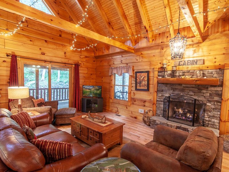 Elegant Cabin with Hot Tub, Pool Table, Fire Pit, Hiking Distance to River, alquiler vacacional en Todd