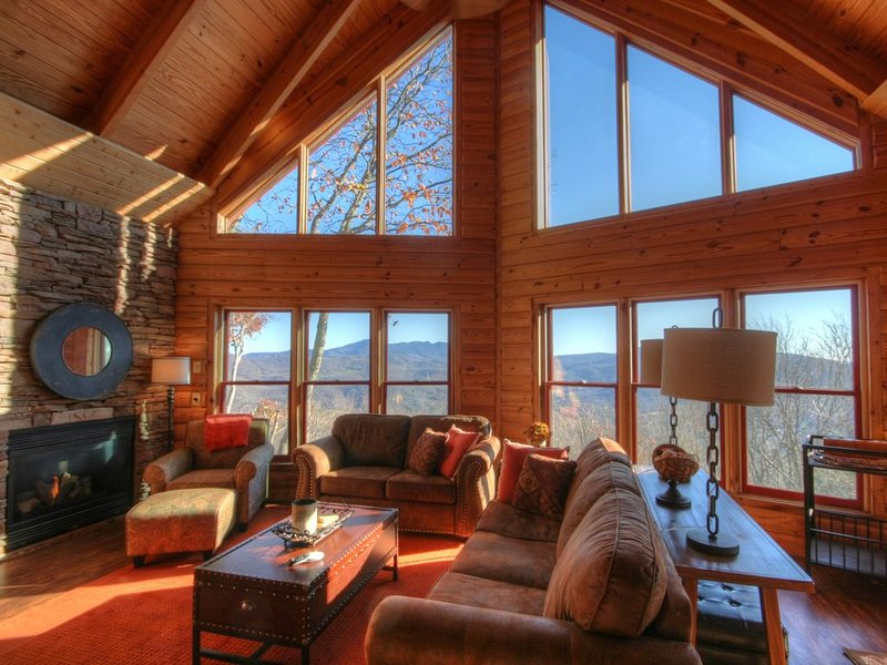 Upscale Cabin Perched on a Mountainside, with Big Views, Between Banner Elk & Be, holiday rental in Beech Mountain