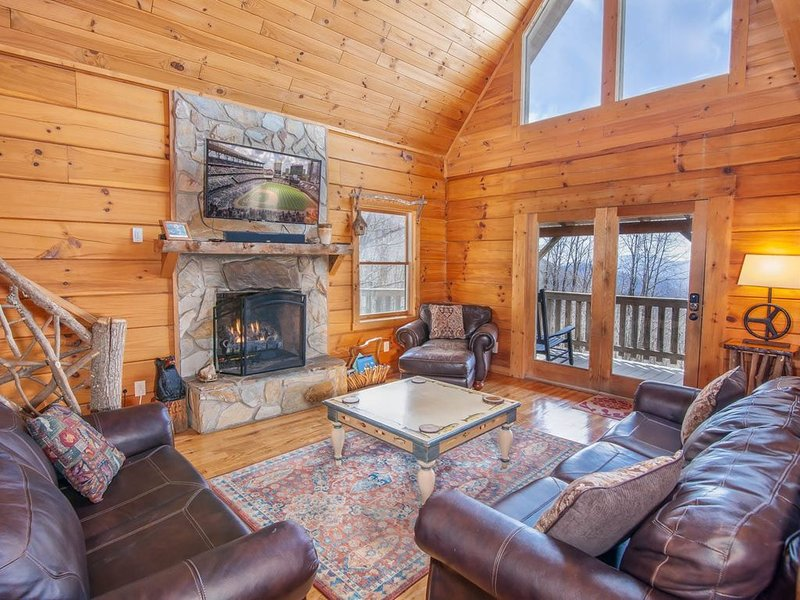 4BR Log Cabin, Long Range Mountain Views, King Suite with Jetted Tub, Hot Tub, G, holiday rental in Zionville