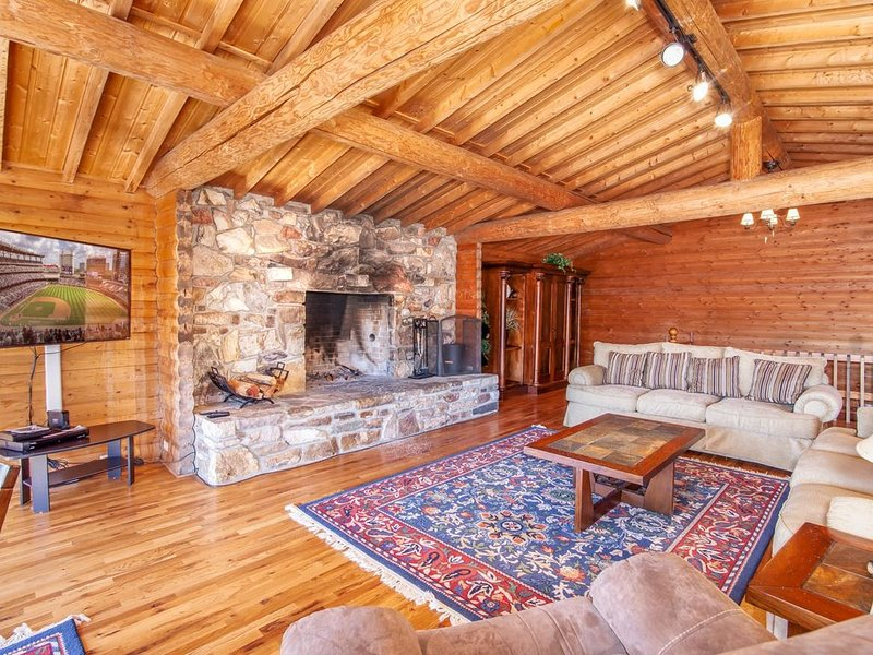 5BR, Views, Foosball, 2 Stone Fireplaces, King Suite w/Jetted Tub, Firepit, Near, vacation rental in Elk Park