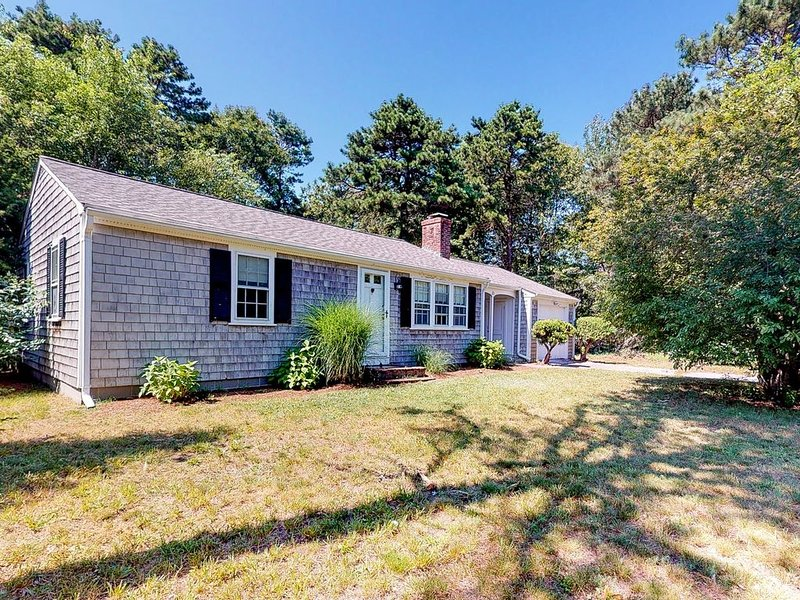 Centrally located home near beaches & downtown w/ patio & outdoor shower!, holiday rental in West Yarmouth
