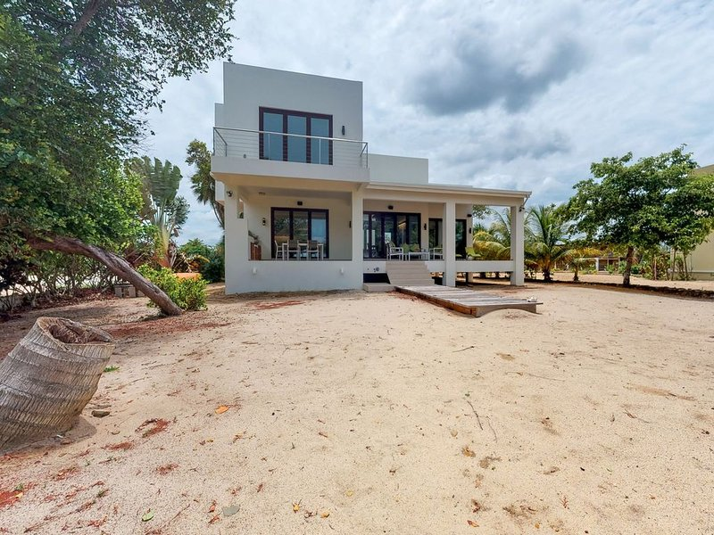 Oceanfront home w/ private beach, ocean view, kayaks, rooftop, WiFi & partial AC, Ferienwohnung in Placencia
