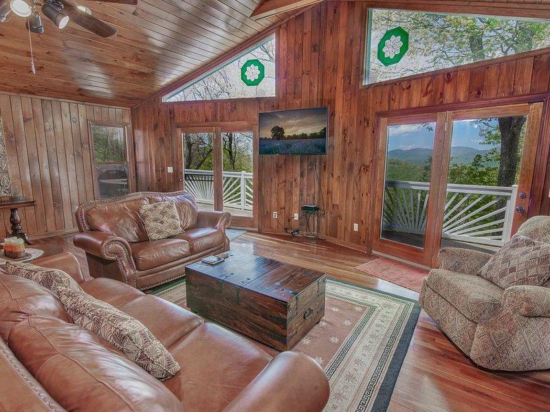 Salle de séjour du niveau principal de Longview Lodge avec vue et accès à la terrasse