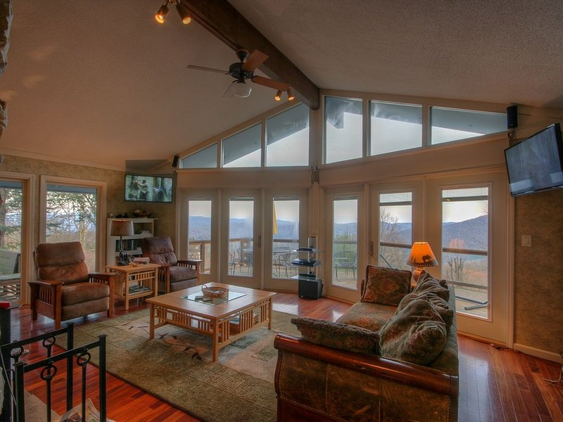 Mountain Home with Big Views, Hot Tub, Pool Table, 2 King Suites, Stainless/Gran, holiday rental in Seven Devils