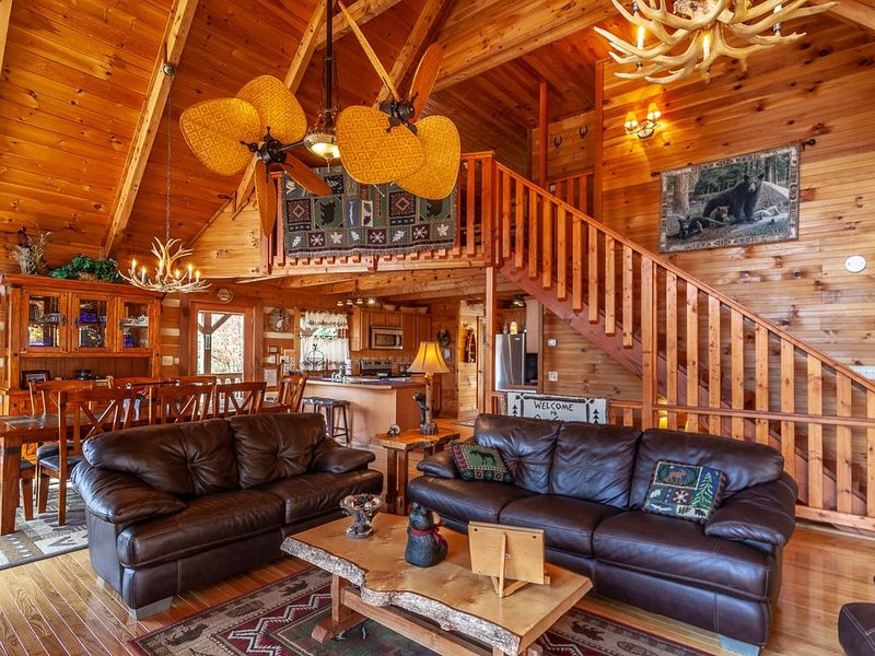 3BR Pristine Mountain Cabin, Views, Pet Friendly, Pool Table, Hot Tub, & Firepit, holiday rental in Vilas