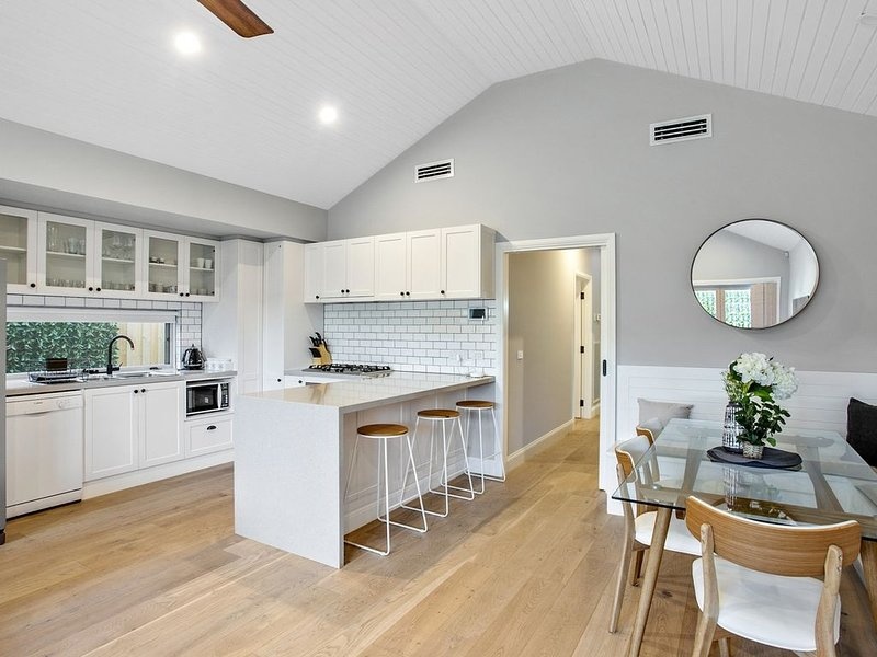 Edge Water Luxury Living by the Sea, vacation rental in Indented Head