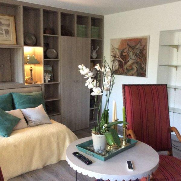 Luxueux T1 de 60 m2 dans immeuble de standing au milieu d'un parc arboré., holiday rental in Rugney