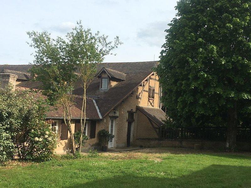 LOCATION DE 2 GITES POUR 12 PERSONNES AVEC TENNIS ET PISCINE, vacation rental in Villemeux-sur-Eure