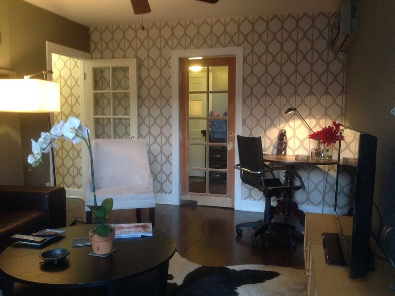 Stylish 1 bedroom cottage in central LA location, vacation rental in Glendale