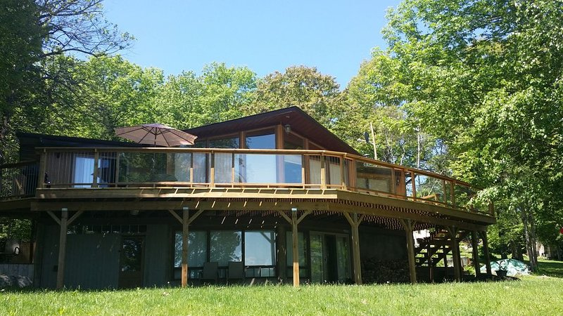 Lake Front Luxury Cottage in Haliburton Area, holiday rental in Minden