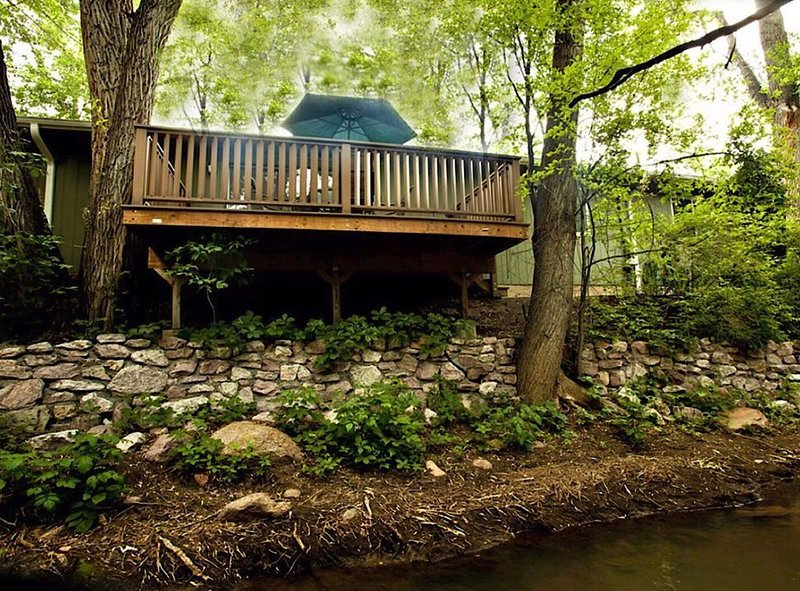 Babbling Brook Getaway, right by the Broadmoor! Overlook Cheyenne Creek!, holiday rental in Fort Carson