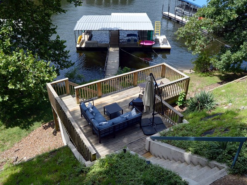 HOUSE ON THE LAKE-PADDLE BOAT-KAYAK'S- LILLY PAD-CLOSE TO THE STRIP!, holiday rental in Lake Ozark