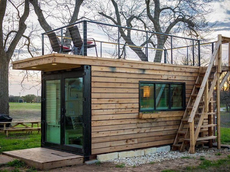 """""""Stillwater House"""" Tiny Container Home 12 min to Downtown/Magnolia, holiday rental in Waco"""