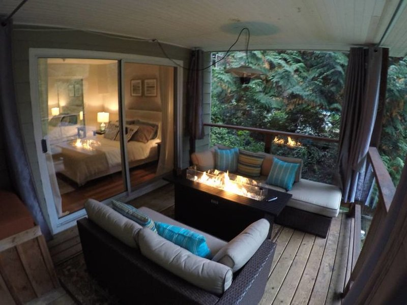 Private Forest & Creek Setting with Outdoor Fire Table, alquiler de vacaciones en Lions Bay