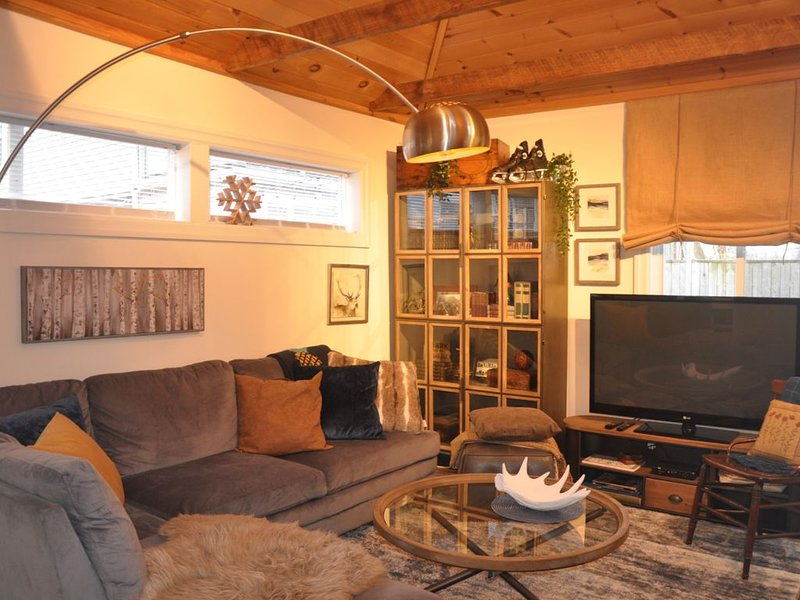 Toronto Beaches 'Industrial Chic' 1 Bedroom Coach House, holiday rental in Vaughan