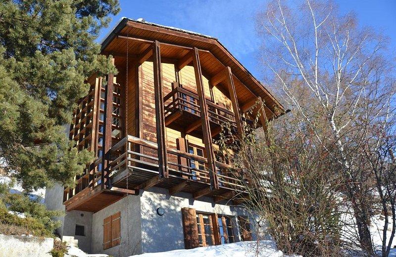 Extérieur : Chalet à l'architecture moderne sur 3 étages, pour 6 personnes, bell, aluguéis de temporada em Oberems