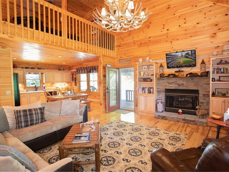 3BR Cabin in Boone, Mtn Views, Hot Tub, Pool Table, King Suite, Near Golfing & A, vacation rental in Vilas