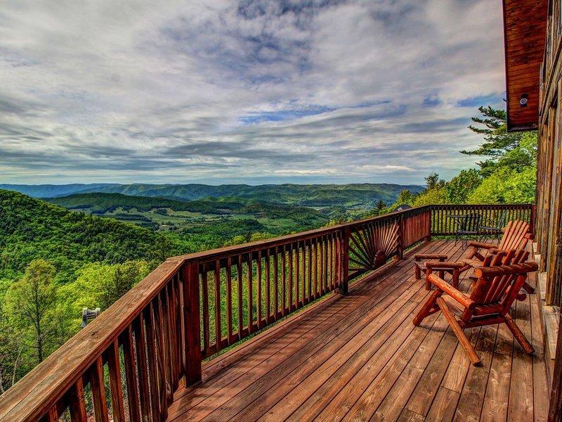 Beautiful Log Cabin, King Beds, Long Range Views, Hot Tub, Flat Screen TVs, Foos, holiday rental in Zionville