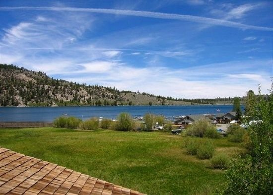 Beautiful 2 bd 2 bth lakeside condo. Centrally Located close to everything in to, vacation rental in June Lake