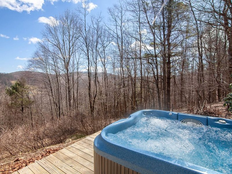 3BR/2BA Cozy Mountain Cabin with Views, Hot Tub, Private, Close to Boone and Wes, alquiler vacacional en Todd