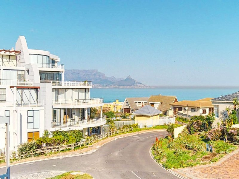 Spacious home with private pool and grill, wood burning fireplace & free Wifi!, location de vacances à Bloubergstrand