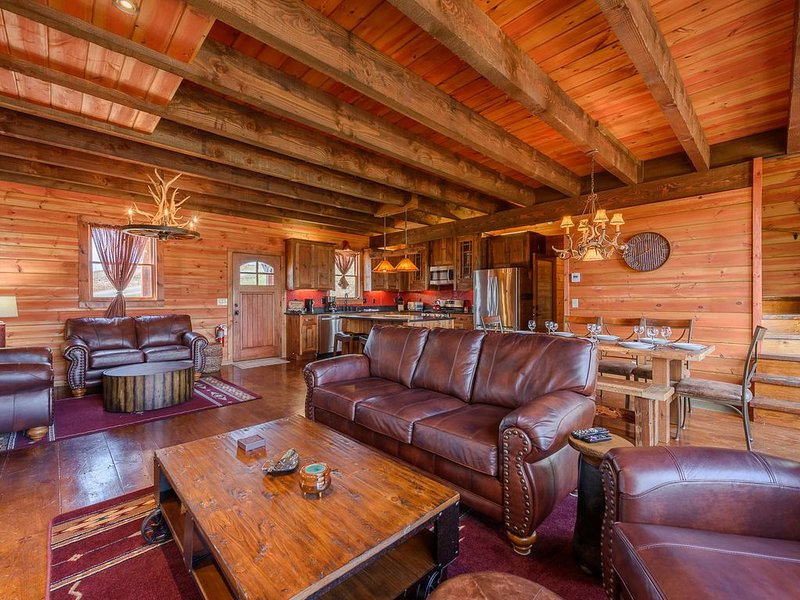 Luxury Mountain Home with Gorgeous Views, Hot Tub, Pool Table, King Suites, alquiler vacacional en Todd