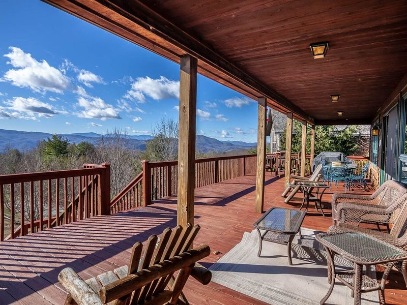 Mountain Home with Beautiful Views, Hot Tub, Pool Table, Foosball Table, King Su, holiday rental in Vilas