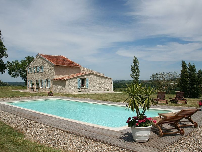 Gite Bellevue Cottage : Renovated stonehouse with amazing views / English Spoken, holiday rental in Frechou