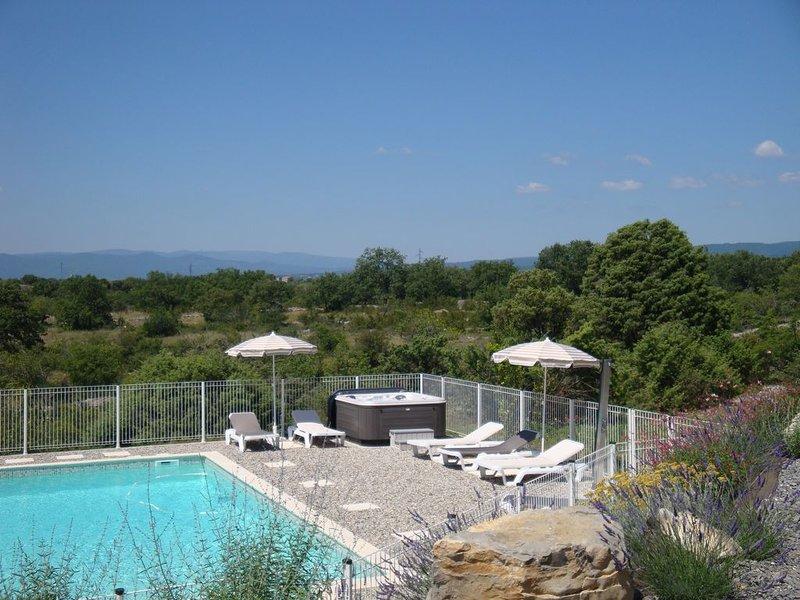 Villa Les Lavandes avec sa piscine privée et son spa extérieur multijets, location de vacances à Joyeuse