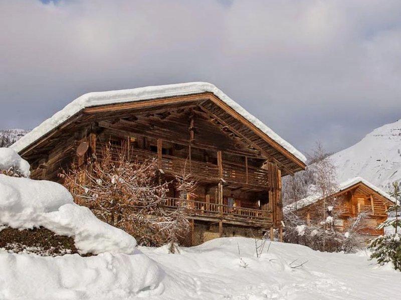 Ferme traditionnelle des Aravis rénovée avec goût et confort., casa vacanza a Le Grand-Bornand