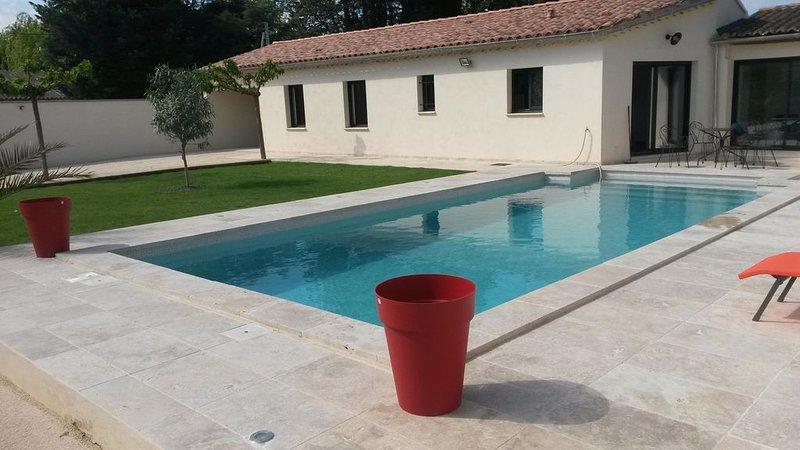 Au pied du Ventoux,  gîte neuf climatisé avec piscine privée, vacation rental in Monteux