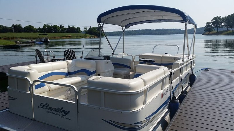 Pontoon for rent with house