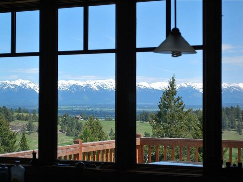 Serene Ridgetop  Kalispell Home -View Over Kitchen Sink, alquiler de vacaciones en Kila