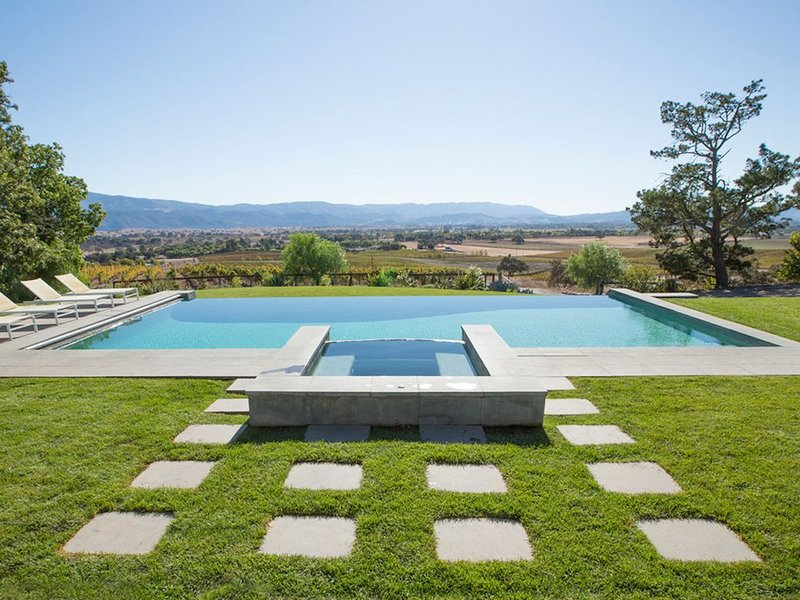 Majestic Ranch Overlooking Acres of Vineyards, holiday rental in Los Olivos
