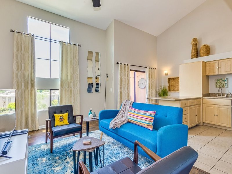 Close to ASU Stadium! Loft Living in Gated Community with Pool!, holiday rental in Tempe
